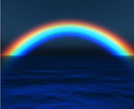 风景屏保有湖面上的七彩虹屏保和沙滩电脑屏保,七彩虹划分出来的绿色